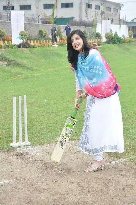 cute pakistani girl playing cricket pictures