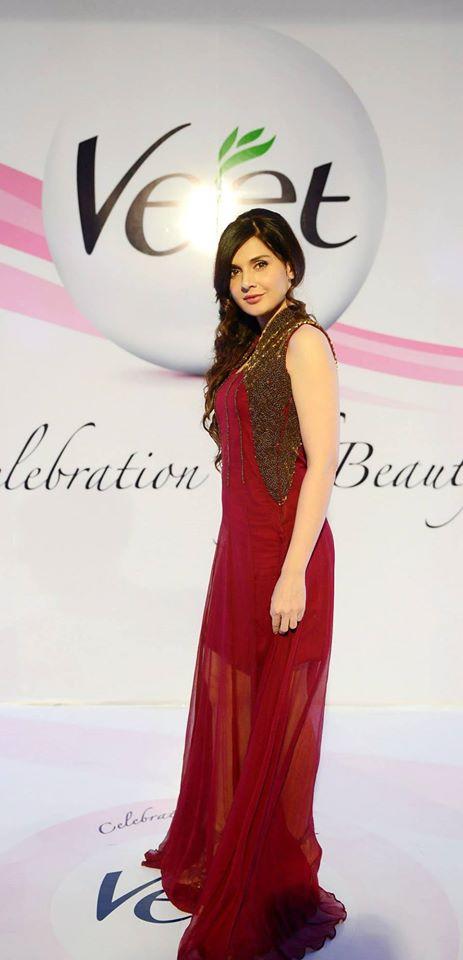 mahnoor baloch in red dress on red carpet