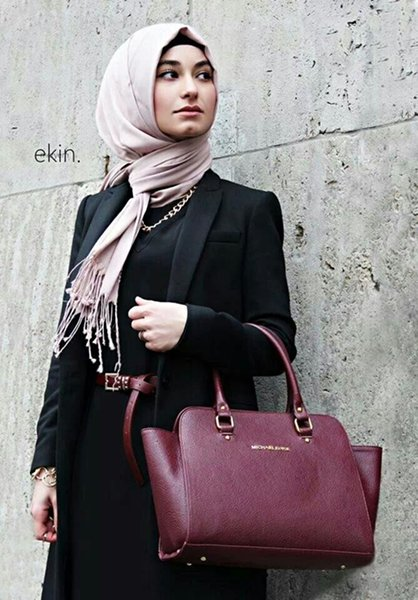 20-Hijab-Styles-You-Should-Try-In-2016-Pair-a-Colorful-Hijab-with-a-Black-Blazer