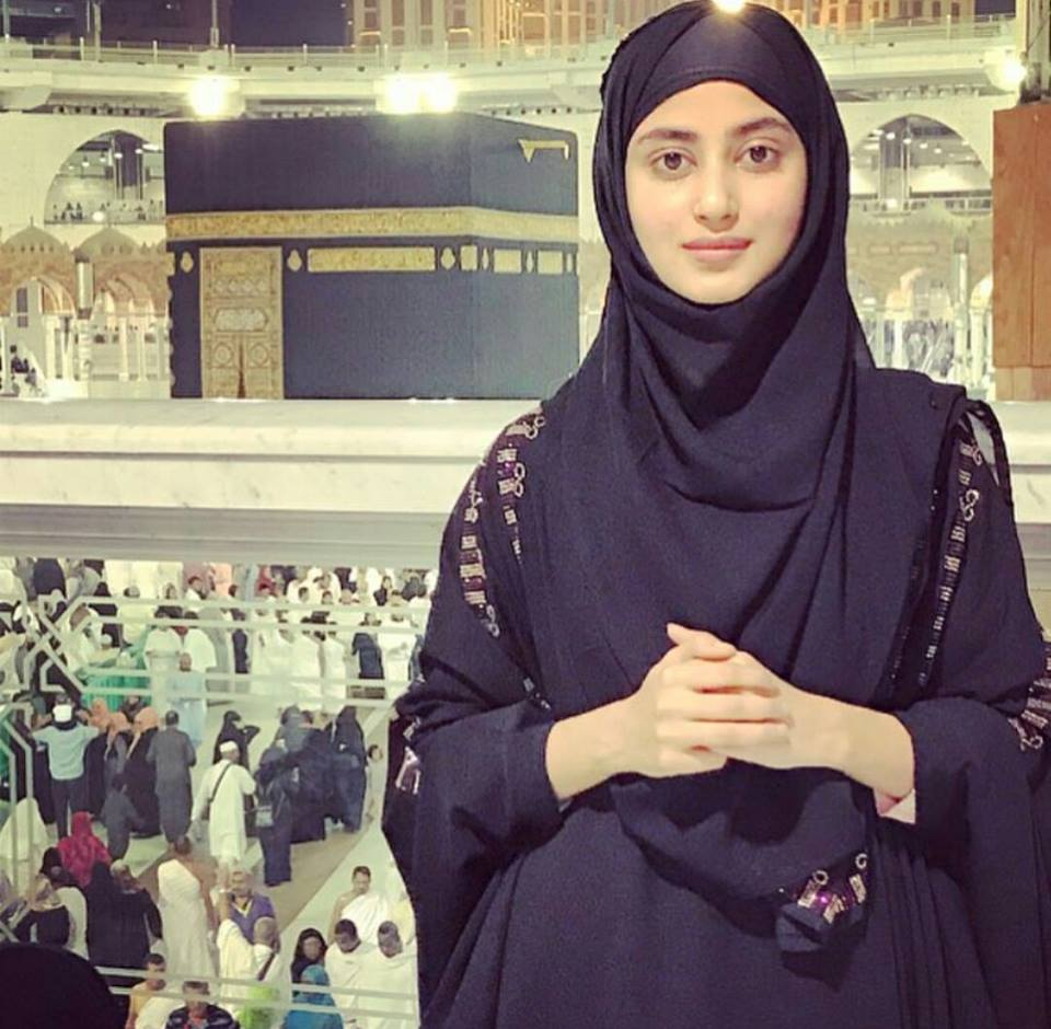 actress sajalali perfoming umrah with family pictures photos-webstudy.pk
