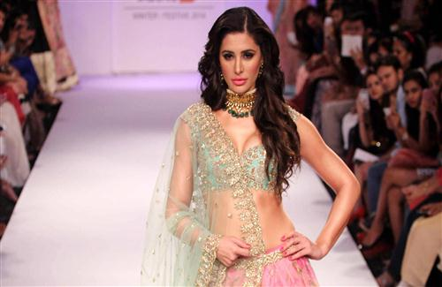 Nargis_Fakhri_Walks_on_Ramp_Wallpaper